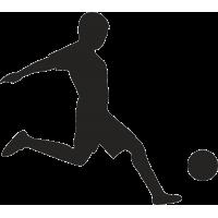 Футболист бьет по мячу